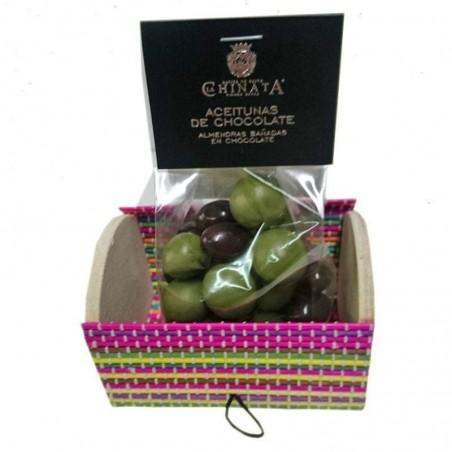 Bombones de chocolate con forma de aceitunas en baúl