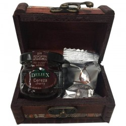 Baúl madera mapas con bombón de higo y mermelada de cereza