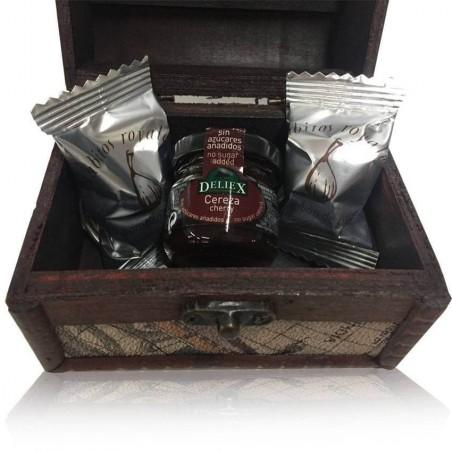 Baúl madera con mapa con bombones de higo rabito royale y mermelada de cereza