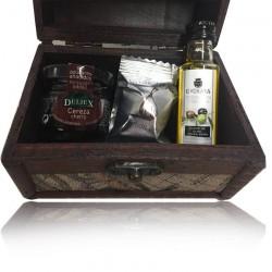 Baúl mapa madera con aceite de oliva virgen extra, bombón de higo y mermelada de cereza