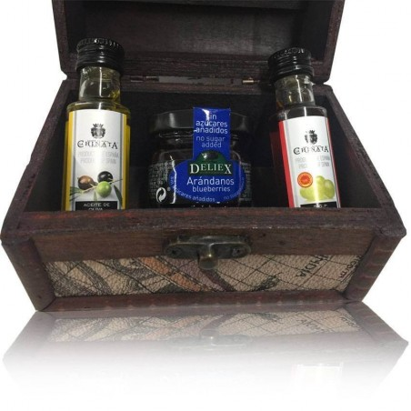 Little chest of wood for gift with olive oil, vinegar and marmalade of blueberry