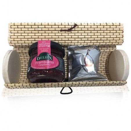 Trunk wicker beige oval with chocolate of fig chocolat Rabitos Royale and miniature of marmalade of raspberry