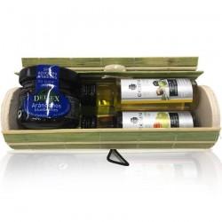 Baúl de mimbre con miniatura de mermeladade arándanos, aceite de oliva virgen extra y vinagre