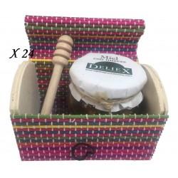 Tarro de miel con nueces y palito catador en baúl de colores