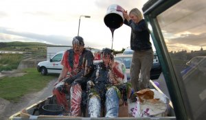 En Escocia se les llena de basura y pescado.