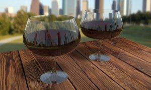Se recomiendan un vaso para las mujeres y dos para los hombres al día.Se recomiendan un vaso para las mujeres y dos para los hombres al día.
