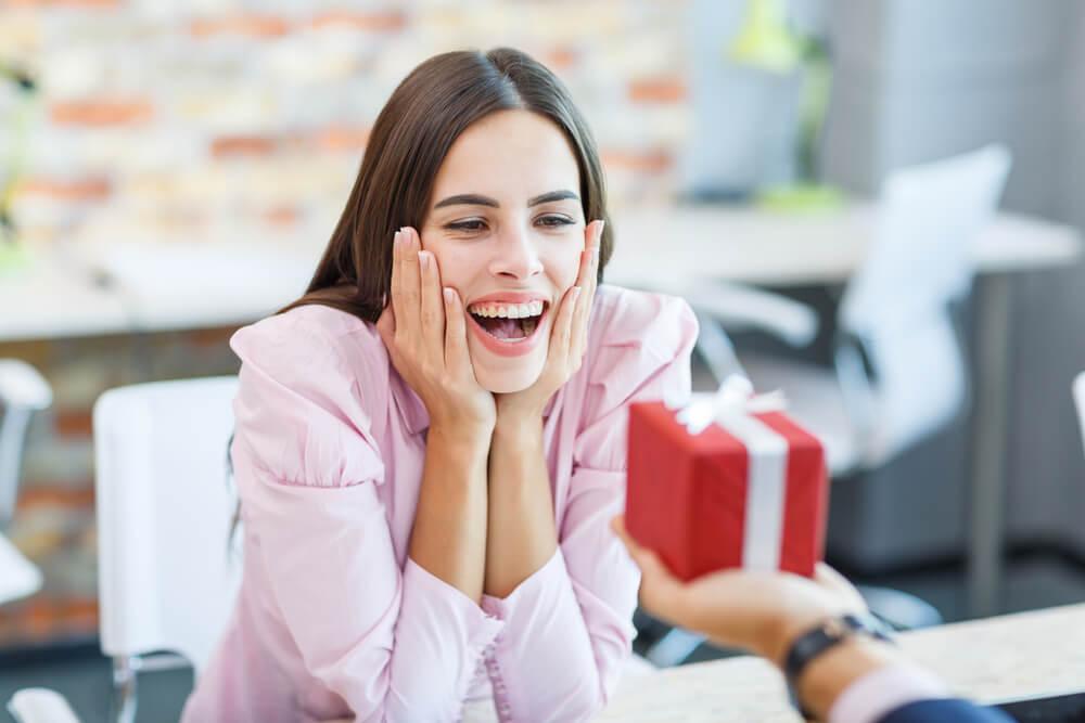 Hacer regalos de agradecimiento a compañeros de trabajo