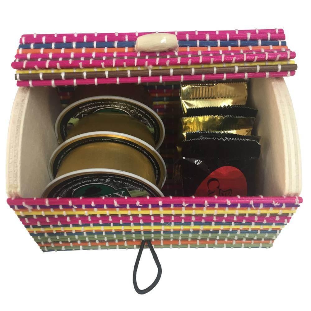 Baúl de colores con napolitanas y patés para bautizos